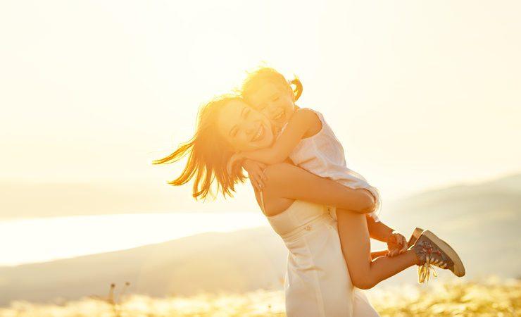 Hoje é Dia do Abraço e a ciência comprova: abraços são melhores para nossa saúde do que remédios